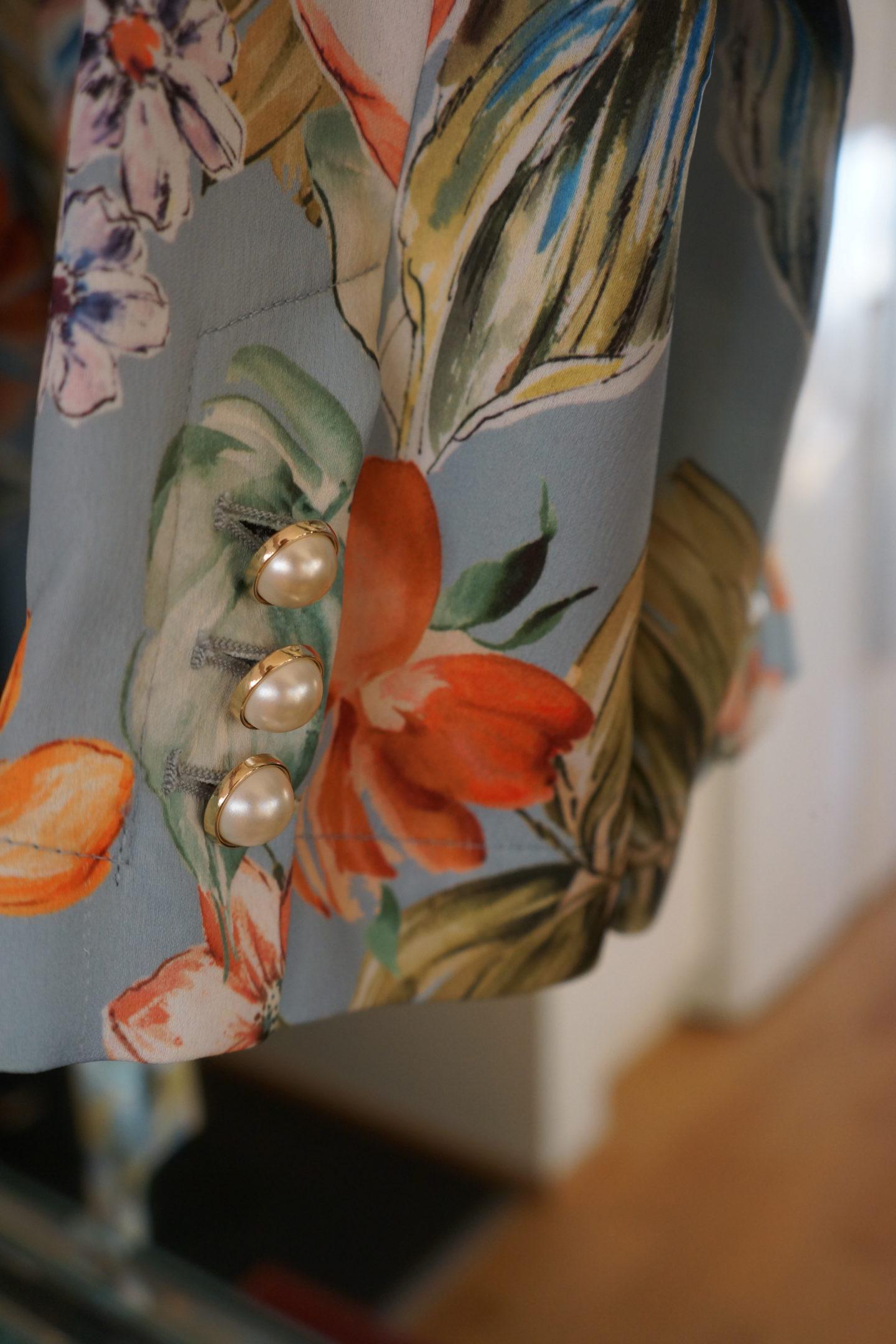 Kimono med pärlknappar