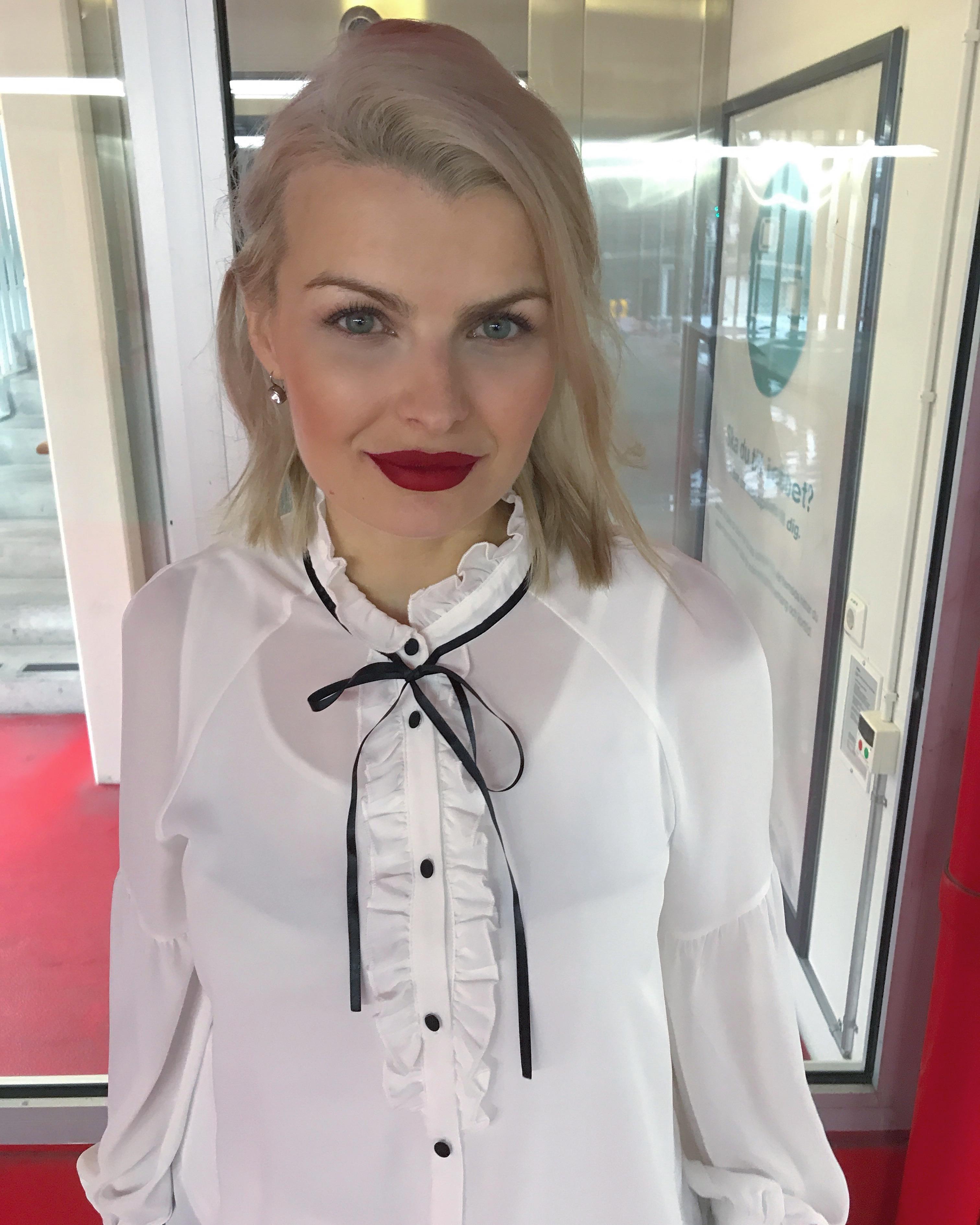 VIT BLUS & röda läppar från Anastasia i färgen Sarafine