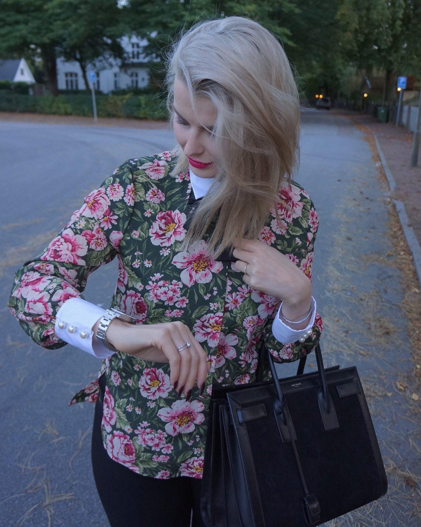 BLUS MED ROSETT   PÄRLOR - Anna Matkovich - bloggare i Malmö 48b0b433c19a1