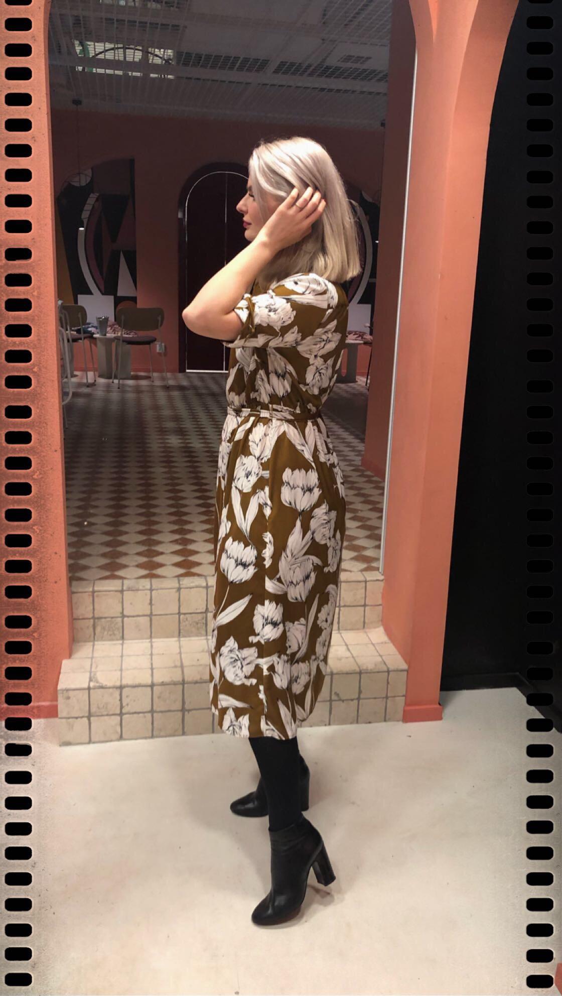 Perfekt brun mönstrad klänning