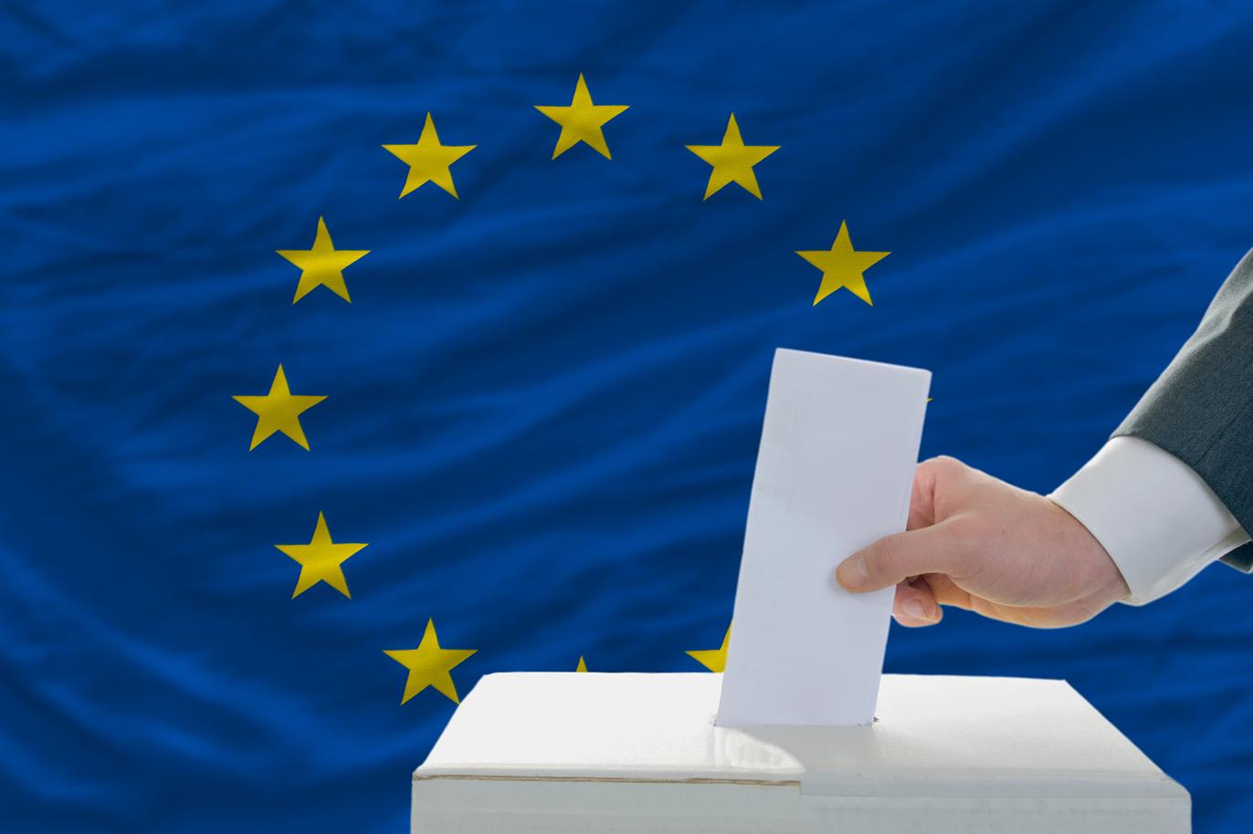 Därför ska du rösta i EU valet. Jag tänkte försöka skriva ett någorlunda kort inlägg om EU och vad det innebär för Sverige. För som många av er vet så är det EU val just nu och tro det eller ej men allt som beslutas i EU påverkar Sverige enormt mycket. Därför ska du rösta i EU valet? Något som många inte vet är att allt som beslutas i EU påverkar Sverige enormt. Därför är det viktigt att just DU röstar och tar ställning. De lagar som EU stiftar är av två typer, förordningar respektive direktiv. De gäller i Sverige även om den svenska regeringen röstat emot dem i ministerrådet. Förordningar gäller som lag direkt. Direktiv innehåller i stället mål för lagstiftningen. Hur de ska uppnås avgör i slutänden riksdagen. Omkring 60 procent av all lagstiftning som passerar riksdagen har sitt ursprung i EU. Medlemsländerna får inte ha lagar som strider mot EU:s. Om en svensk lag står emot en EU-lag gäller den senare. Det kallas EU-rättens företräde. Därför är det viktigt att du röstar på en kandidat som du tycker driver vettiga frågor. Jag kommer helt klart att lägga min röst på någon av Socialdemokraternas kandidat. Har inte riktigt bestämt mig vem. Har lyssnat på två kandidater och ska läsa med om dom andra. Vad är EU? EU är en sammanslutning av 28 länder i Europa. Det övergripande målet är att främja freden, unionens värden (frihet, demokrati och jämlikhet) och folkets välfärd. Det finns fri rörlighet inom EU, vilket gör att det ska vara enkelt att handla, resa och flytta mellan EU-länderna. Det betyder fri rörlighet för personer, varor, tjänster och kapital mellan EU-länderna. Det är val var 5:e år till EU och nästa gång blir det 2024. Du får ett röstkort hem i brevlådan om du är röstberättigad. Vallokalerna står på röstkortet. När kan jag rösta? Söndagen den 26 maj är det val till EU parlamentet men redan nu kan du börja förtidsrösta. Därför ska du inte rösta på SD. Deras stenåldersyn på jämställdhet är helt galen för mig. Att man 2019 lyfter dessa frågor är helt jäkla gal
