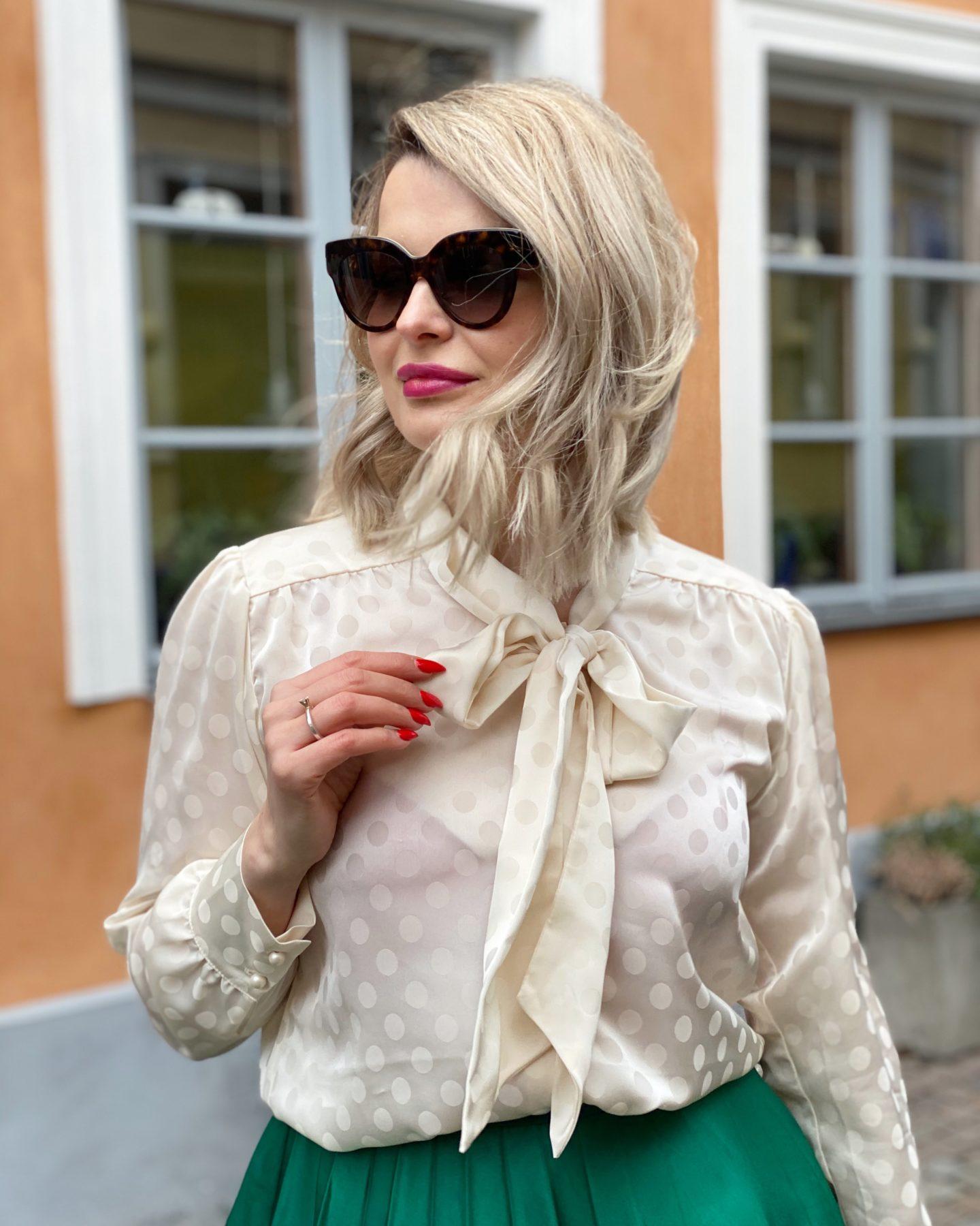 Plisserad kjol & knytblus