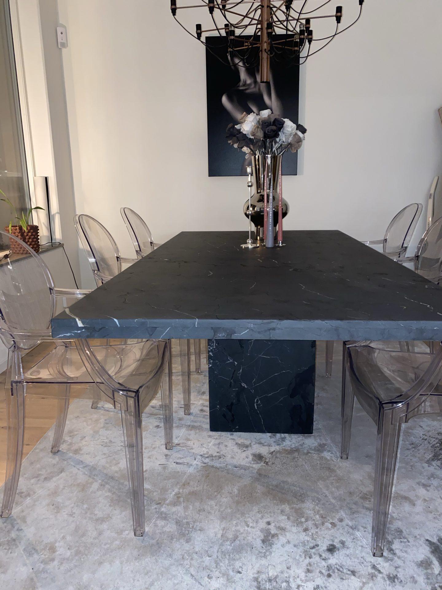 Stort matbord i marmor