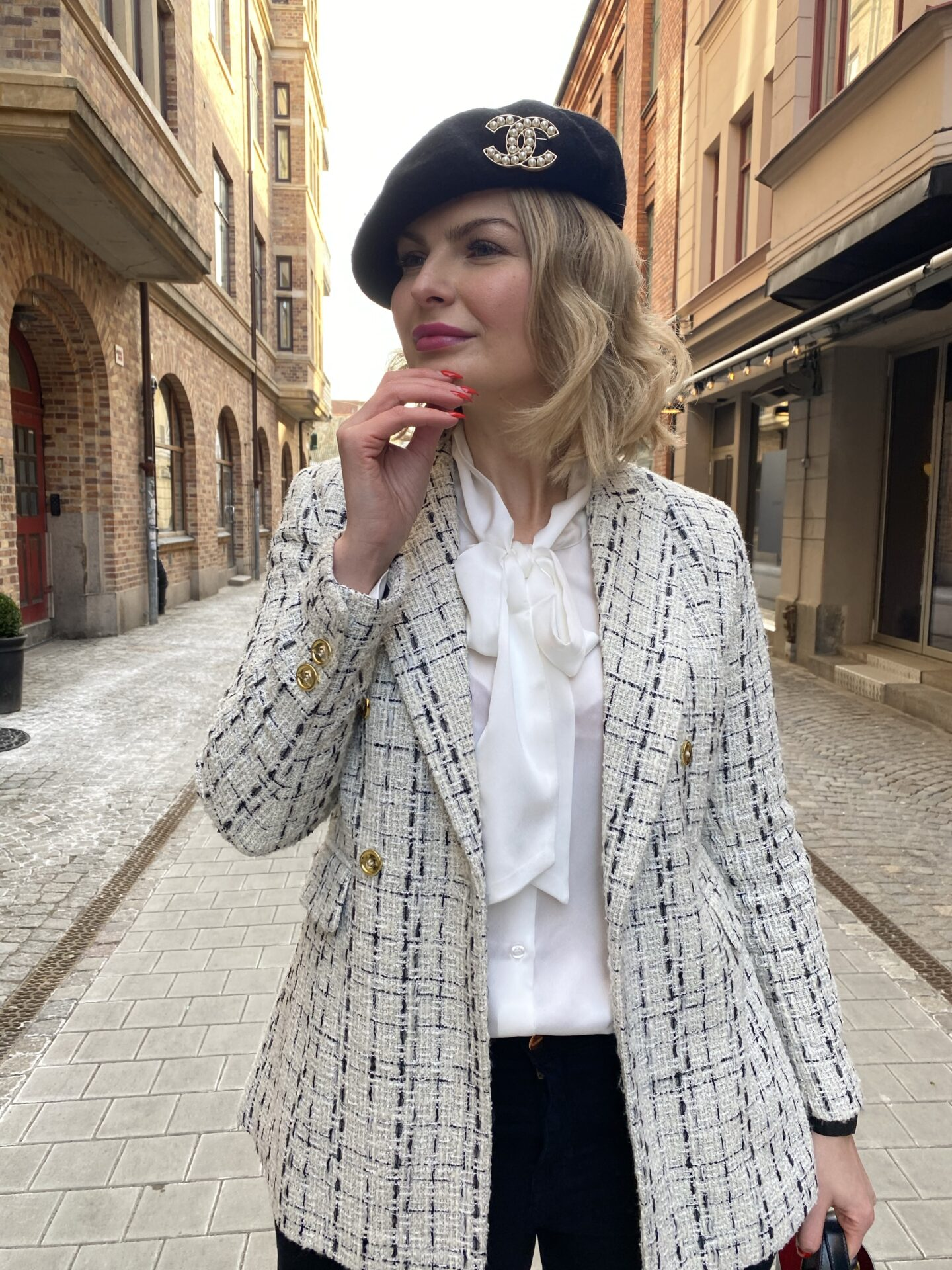 Styla Basker Med Chanel Brosch